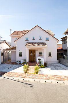 切妻と格子付きのタイル窓のかわいいフレンチ住宅。わざと北側道路の土地を購入され、小窓をアクセントにした住宅です。 Home Building Design, Building A House, Low Budget House, Country House Design, Japanese House, Home Studio, Exterior Design, Luxury Homes, My House