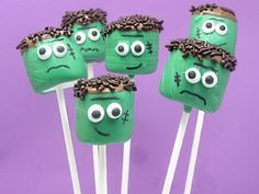 Frankenstein marshmallow pops recipe - serve up a spooky Halloween sweet with a recipe for chocolate-dipped Frankenstein marshmallow pops. Marshmallow Halloween, Fun Halloween Treats, Marshmallow Pops, Halloween Goodies, Halloween Crafts For Kids, Holidays Halloween, Holiday Treats, Holiday Fun, Happy Halloween