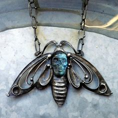 love the mix of skull and insect. not my comment or mine BUT ME TOO! Pendant Jewelry, Jewelry Art, Jewelry Accessories, Fashion Accessories, Jewelry Design, Unique Jewelry, Insect Jewelry, Family Jewels, Gothic Jewelry