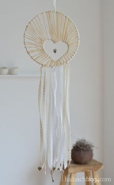 Makerist - Herziger Traumfänger - DIY-Projekte - 1 y Manualidades Reciclaje y Manualidades Ideas y Manualidades ✂️ Diy Dream Catcher, Diy For Kids, Crafts For Kids, Easy Crafts, Diy And Crafts, Diy Y Manualidades, Diy Tumblr, Origami Art, Boho Diy