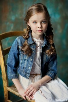 New photography ideas children chairs Ideas Pageant Photography, Portrait Photography, Photography Ideas, Young Models, Child Models, Studio Family Portraits, Kid Poses, Little Fashionista, Photographing Kids