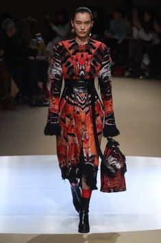 The complete Alexander McQueen Fall 2018 Ready-to-Wear fashion show now on Vogue Runway.