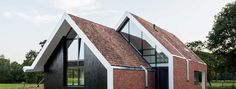 Natuurlijk moderne woning Haaksbergen House Extensions, Roof Design, Contemporary Architecture, Bungalow, Tiny House, Home And Family, Family Houses, Villa, Exterior