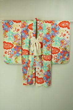 White Iwaigi, Clouds and Multiple Color Flower Pattern / 白地 鹿の子雲柄と多色花柄 祝着   #Kimono #Japan http://www.rakuten.co.jp/aiyama/