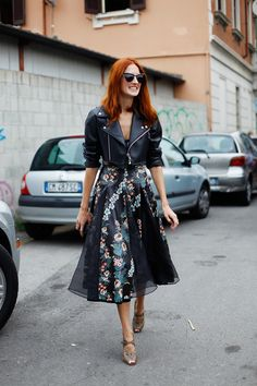ALL THE PRETTY BIRDS: MFW Street Style // Taylor Tomasi-Hill – this is the kind of feminine tough I am always striving for (but rarely achieve) – Dress Archive Style Work, Mode Style, Style Me, Midi Rock Outfit, Glamouröse Outfits, Celebridades Fashion, Taylor Tomasi, Look Retro, Look Chic