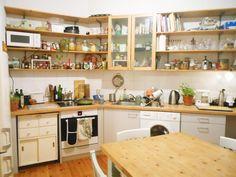 Kücheneinrichtung Berlin helle küche mit schönen küchenregalen und einem kleinen weißen herd
