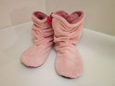 Дамски пухкави пантофки в розов цвят. Пантофите са подплатени от вътрешната страна със каракул и по този начин предпазват краката Ви от студ. Външната страна е плюш. Стъпалото е с гумирани форми и не позволява хлъзгане. Височината е до глезена,а в задната част са набрани  за по голям ефект. Много топли и удобни с тях ще се чувствате прекрасно у дома.