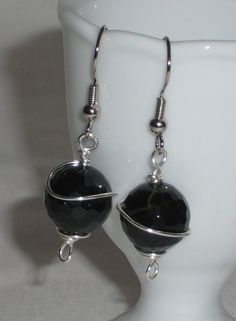 Pendant earrings with black glass pearl and a  by Momentidoro, €25.00