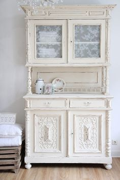cremefarbenes Küchenbuffet // cream-colored kitchen cabinet via DaWanda.com                                                                                                                                                      Mehr