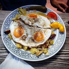 Bratkartoffeln mit Spiegeleiern und Speck. Wirklich super auf der Salzburgerhütte. #salzburgerhütte #gröstl #spiegelei #speck #kartoffeln #bratkartoffeln #potato #eggs #bacon  #foodporn #kaprun #austria