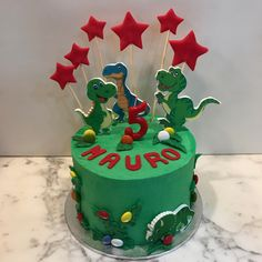 Tarta buttercream estrellitas y dinosaurios. Birthday Cake, Desserts, Food, One Year Birthday, Dinosaurs, Pies, Sweets, Tailgate Desserts, Deserts