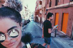 E nossos dias na Espanha foram assim: eu sempre tirando foto e @raphaelamante no celular!  | brincos: @thalita_laleme