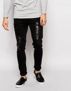 Superenge Jeans von ASOS Power-Stretch-Denim für erhöhten Tragekomfort und verbesserte Passform verstärkte, besonders strapazierfähige Außennähte Innentaschen aus hochwertigem Baumwolltwill Hängerschlaufe hinten in der Mitte Einsätze in Krokodillederoptik Fünf-Taschen-Stil Reißverschluss superenge Passform Maschinenwäsche 98% Baumwolle, 2% Elastan Model trägt 32 Zoll/81 cm Normalgröße und ist 185,5 cm/6 Fuß 1 Zoll groß