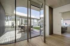 Foto: Hertha Hurnaus Bungalow, Divider, Room, Furniture, Home Decor, Internal Courtyard, Atrium House, Reinforced Concrete, Courtyard House
