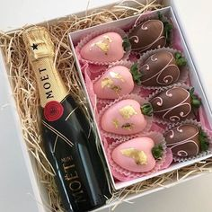 Valentine's Day Strawberry and Champagne Gift Box For Him or Her Valentine Desserts, Valentine Chocolate, Valentines Diy, Valentine Day Gifts, Chocolate Dipped Strawberries, Chocolate Covered Strawberries, Strawberry With Chocolate, Strawberry Box, Wine Gift Boxes