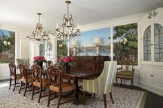 Lustre design conférant une ambiance élégante et chic à une salle à manger traditionnelle