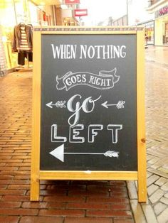 Een stoepbord met een leuke quote trekt de aandacht en geeft de klant een duwtje in de goede richting.
