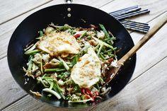 Wegetariański smażony ryż z jajkiem po azjatycku