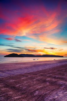 Sunset at Pantai Cenang Beach, Langkawi, Malasia.