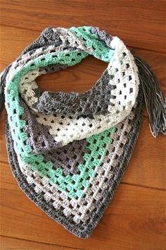 Granny Shawl from 1 Cake Swirlz Free Pattern - Cuddlycool - Haken Crochet Fabric, Crochet Poncho, Crochet Granny, Crochet Scarves, Diy Crochet, Crochet Patterns, Crochet Ideas, Crochet Whale, Yarn Cake