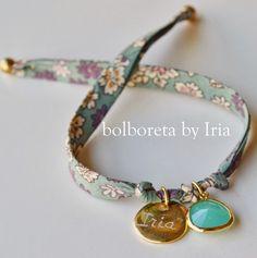 Bolboreta by Iria (complementos): Pulsera de tela liberty con ágatha y chapa personalizada Ribbon Jewelry, Beaded Jewelry, Handmade Jewelry, Textile Jewelry, Fabric Jewelry, Diy Schmuck, Schmuck Design, Bracelet Crafts, Jewelry Crafts