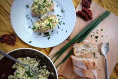 """Version with chives and dried tomatoes. Fits all types of bread, it can also be """"slimmed down"""" by adding a small amount of mayonnaise (or not at all, turning mayonnaise into a spoonful of olive oil) and we have a dietary dish. It is worth giving up the blender for a while to get tired by crushing eggs with a fork, which will give a much better taste."""