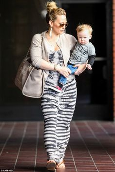 Hilary Duff mommy style! so cayutee Hilary Duff Son, Hilary Duff Style, Mommy Style, Her Style, Cool Style, Mommy And Me Outfits, The Duff, Gwen Stefani, Maternity Fashion