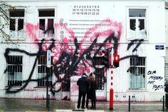 """Hi Buddies, Logo após o lançamento da coleção da Maison Martin Margiela para H&M, Kidult, """"artista"""" de rua parisiense famoso por protestar com piche em lojas de alto luxo, deixou"""