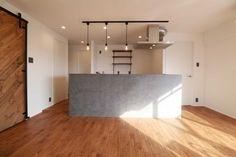 床は無垢材の「栗」。アウトセットの引き戸は完全オリジナル。 無垢の床と同じ自然塗料「春風」を使用しています。 キッチンにはLIXILのリシェルを対面式で配置し、リビングと景色が見えるようにしました。 最上階リバービューの3面バルコニーはマンションだけの特権です。 Outdoor Life, House Rooms, Kitchen Lighting, Home Living Room, Home Kitchens, Interior And Exterior, Kitchen Dining, New Homes, House Design