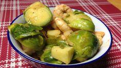 Das Rosenkohl-Curry ist ein leckeres Rezept für das Herbstgemüse. Mit Kokosmilch, Äpfeln und Currypaste sorgen wir für eine willkommene Abwechslung.