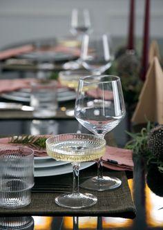 Interiørdesigner Rikke Bye-Andersen har dekket dette innbydende festbordet med rosa linservietter, granbar, bær og kvist. 🤩 Arkivet.co er en digital markedsplass for interiørdesignere, hvor du kan få profesjonell planer for din oppussing😄 Følg @arkivetco for mer inspirasjon, tips og tjenester! #arkivet_co #arkivet #interiørforalle #oppussing #interiørarkitekt #interiørdesigner #interiørdesign #interiorinspo #norskehjem #jul #julepynt #juledekorasjon #julestemning White Wine, Frost, Indoor Outdoor, Alcoholic Drinks, Tableware, Dinnerware, Alcoholic Beverages, Tablewares, White Wines