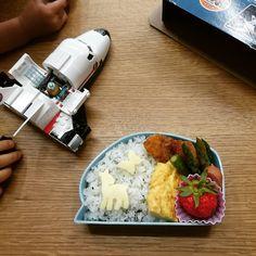 boxlunch for my son  ここのところ手抜きが多くて撮ってなかったお弁当いちごはプランターでできたやつ  #お弁当 #レゴ #スペースシャトル #lunchbox #lunch #boxlunch #lego #spaceshuttle by tai_mu_