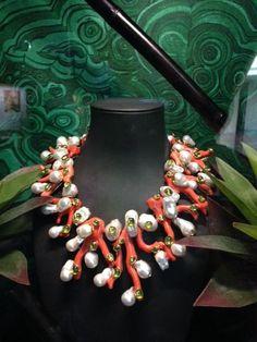 Un mix sorprendente di perle e corallo uniti da un design contemporaneo.