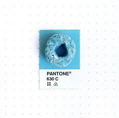 """Dans la lignée des projets """"les couleurs Pantone dans la vie réelle"""" ou encore """"Pantone Food"""" et """"Humanae, le nuancier Pantone Humain"""", voici une série intit"""