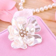 Luxury Vintage Flower Brooches Shell Fashion simulated pearl Brooch Pins  Jewelry for Women Newest fashion jewelry c9268d18ecdb