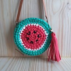 Bolsa melancia / crochê com fio de malha / Trapilho / Ganchilho Love Crochet, Crochet Yarn, Crochet Toys, Crochet Stitches, Knitting Patterns, Crochet Patterns, Crochet Market Bag, Yarn Bag, Crochet Purses