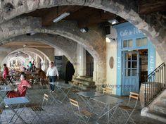 Uzès : boutiques sous les arcades