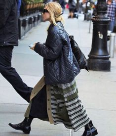 - Ashley arriving to a downtown hotel in New York City - 5247823 28129 - OlsensObsessive.Com Gallery // Your number one resource for everything Mary-Kate and Ashley Olsen Mary Kate Ashley, Mary Kate Olsen, Ashley Olsen Style, Olsen Twins Style, Olsen Twins 2017, Baggy Pullover, Oversize Mantel, Olsen Fashion, Instagram Outfits
