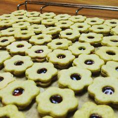 Tadaaaaaa! Matchateeplätzchen mit Zimt und Himbeermarmelade gefüllt http://ift.tt/1Vp0w5E #fraubpunkt #pin #mitgemacht #rezeptebuch #weihnachtsbäckerei #plätzchen #matcha #Himbeer #cookies