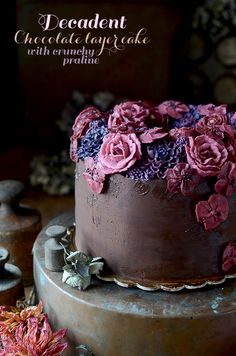 Amazing chocolate cake with crunchy praline layer, very intense chocolate flavor and beautiful buttercream flowers wreath decoration Decadent Chocolate Cake, I Love Chocolate, Chocolate Flavors, Chocolate Recipes, Delicious Cake Recipes, Yummy Cakes, Praline Cake, Cake Borders, Nutella Cake