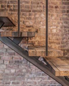 🖤 Schody muszą być z charakterem 💪 Prawda? My cenimy sobie te o prostej, subtelnej, ale wyrazistej formie 💥 Przy… Steel Stairs, Loft Stairs, House Stairs, Under Stairs, Wood Staircase, Modern Staircase, Stair Railing, Staircase Design, Small Staircase