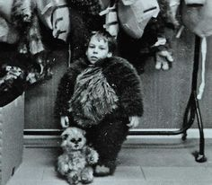Warwick Davis in his Ewok costume on the set of Return of the Jedi. Saga, Ewok Costume, Warwick Davis, Djimon Hounsou, Bonnie N Clyde, The Force Is Strong, Science Fiction Art, Character Concept, 3d Character