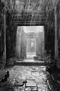 Angkor Revisited por Jaroslav Poncar Esta imagen eleva mi alma y me hace reflexionar, pensar, incluso soñar que estoy en Angkor, sentada mojándome con las gotas de la lluvia. Sola en un bonito viaje de encontrarme a mi misma.