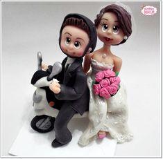 Noivinhos personalizados em biscuit, casal de noivos na moto R$ 180,00