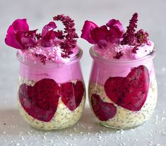 A perfectly pink, meal-prep friendly overnight oats breakfast containing pink dragonfruit, that is both beautiful and full of of health benefits. Fruit Smoothies, Healthy Smoothies, Rainbow Ice Lollies, Strawberry Overnight Oats, Savory Cupcakes, Christmas Food Gifts, Plant Based Breakfast, Oats Recipes, Healthy Recipes