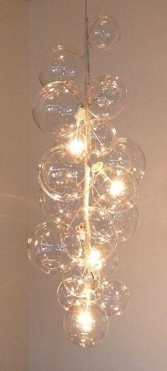 ガラスシャンデリア。ガラスの球を乱雑にぶら下げているように見えるけど、光がそれぞれの球を通ることによって、いろんな方向に屈折して広がるところが美しいと思う。