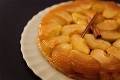 Há muitas versões para a origem desta torta. Uma das mais conhecidas conta que duas irmãs francesas, as Tatin, a inventaram acidentalmente. Se foi acidente ou não, tanto faz: ela é uma delícia.