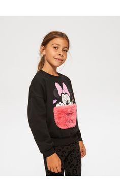 The new collection now available! Check it out, buy it online! Buy quickly and conveniently online. Minnie Mouse Sweatshirt, Disney Style, Hoodies, Sweatshirts, Graphic Sweatshirt, Disney Fashion, Sweaters, Stuff To Buy, Collection