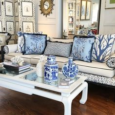 Blue and White Chinoiserie (Chinoiserie Chic) Blue Rooms, White Rooms, Blue And White Living Room, Blue Living Room Decor, Chinoiserie Chic, Chinoiserie Fabric, Coastal Living Rooms, Blue And White China, Asian Decor