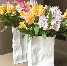 Desejando esses vasos de cerâmica que parecem saquinhos de papel. Um Luxo da marca Rosenthal. #olioliteam #decor #flores #vasos #ceramica @olioli_lifestyle